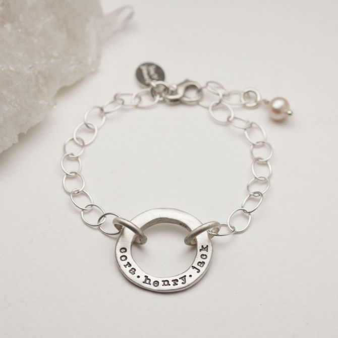 Sterling silver open circle pearl bracelet with a cream freshwater pearl
